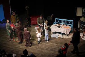 Publiken ger paket till Pettson